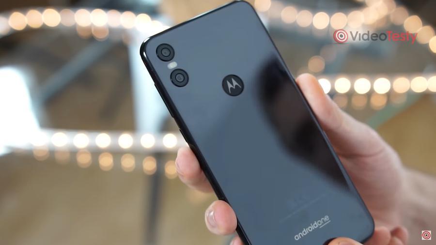 Motorola One zaskakuje dwoma aparatami