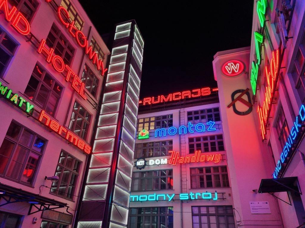 Zdjęcie neonów w trybie automatycznym nocą