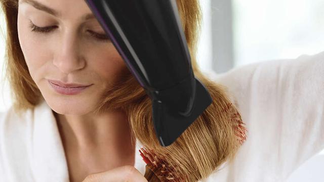 kręcenie i suszenie włosów suszarką Philips ThermoProtect Ionic HP8233/00