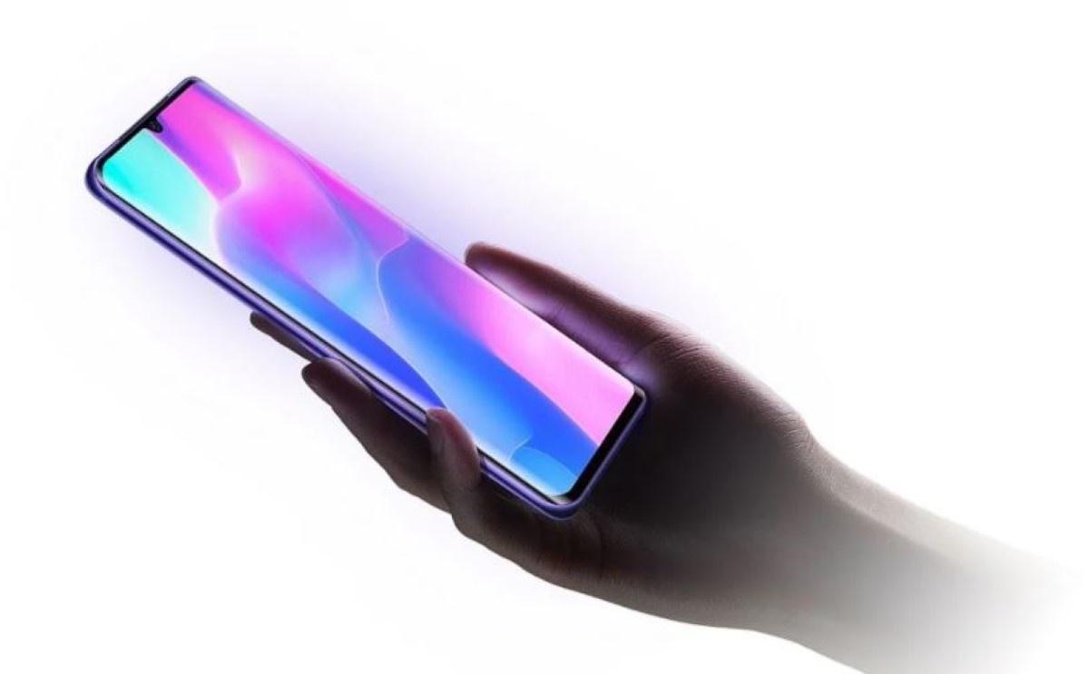 Dłoń trzymająca Xiaomi Mi Note 10 Lite