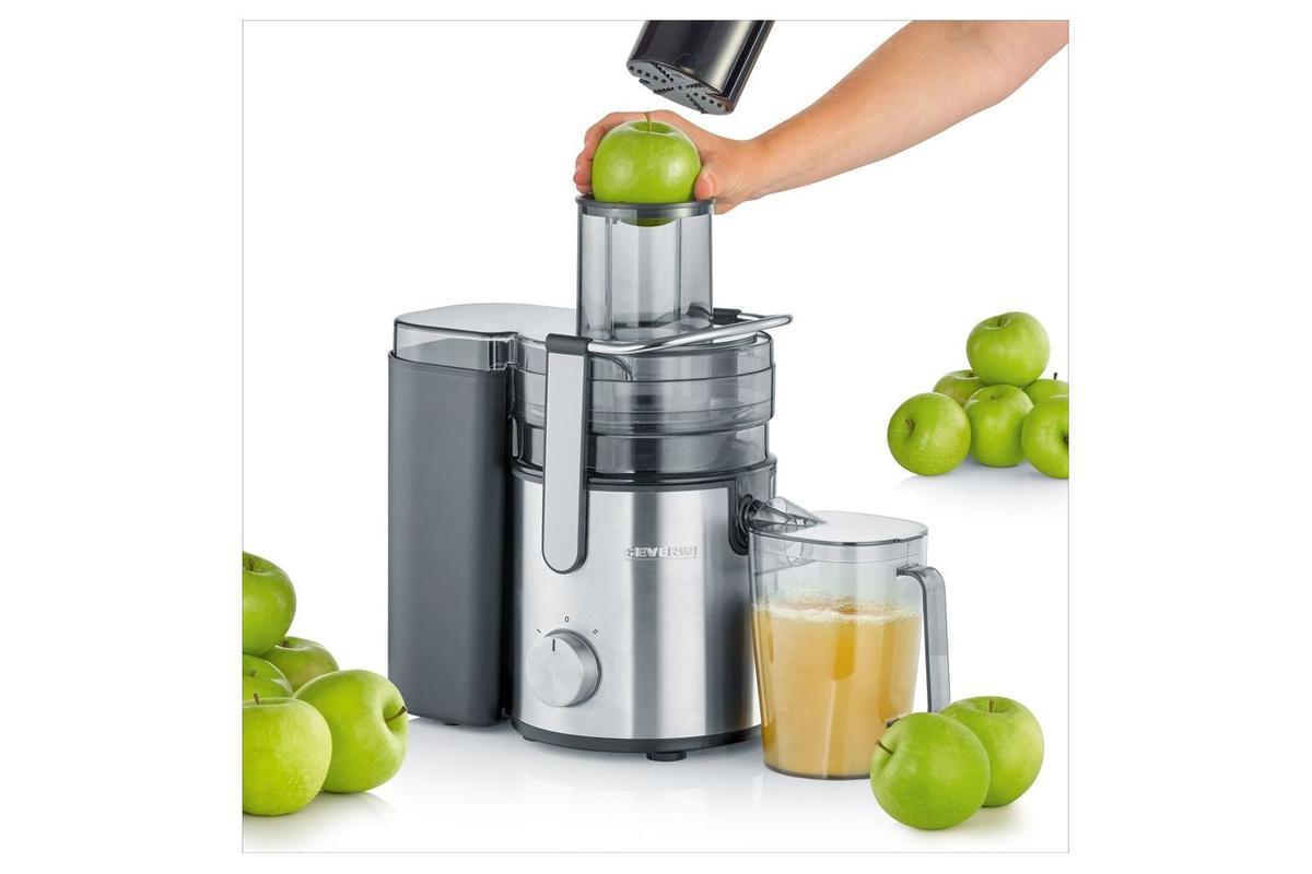wyciskanie soku z zielonych jabłek w sokowirówce