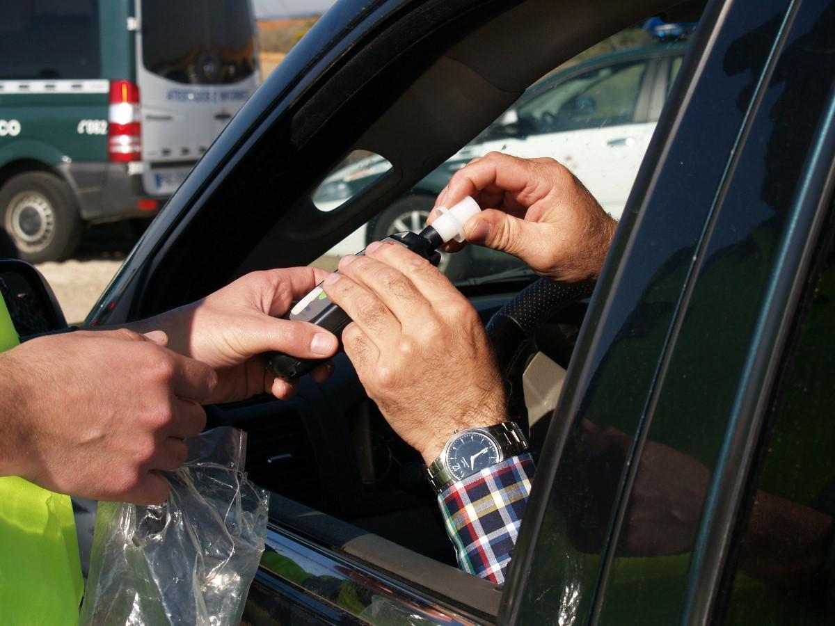 Mężczyzna testowany alkomatem przez policjanta