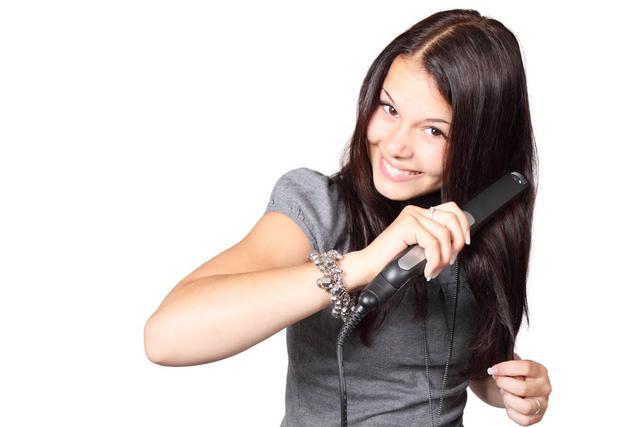 prostowanie kręconych jasnych włosow