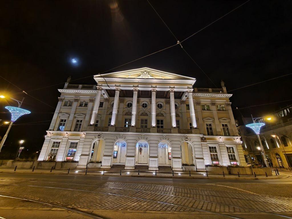 Opera w trybie nocnym - obiektyw ultraszerokokątny