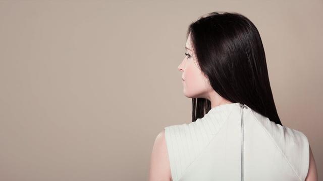 kobieta w białej sukience z prostymi czarnymi włosami