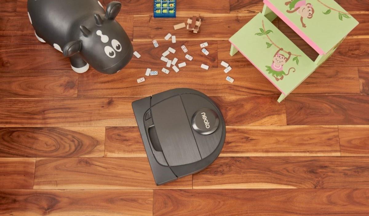 Neato Robotics Botvac D6 na podłodze