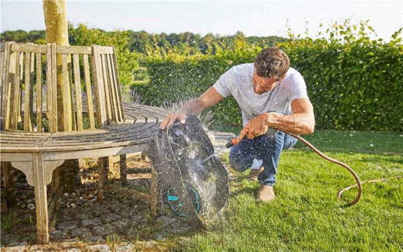 Niektóre roboty koszące pozwalają na czyszczenie strumieniem wody