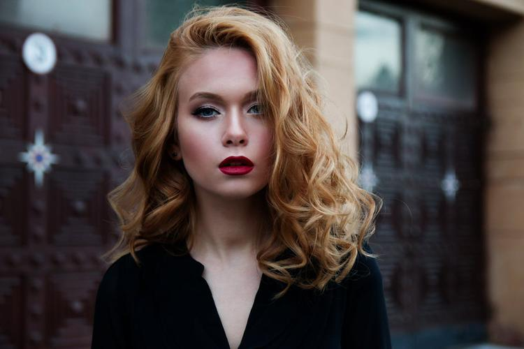 kobieta z pokręconymi włosami i czerwonymi ustami