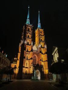 Oppo Reno Z katedra nocą