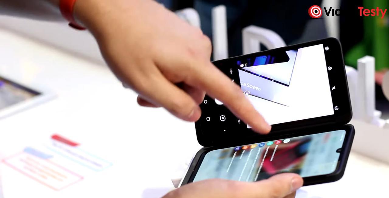 Przełączanie się między ekranami odbywa się z pomocą pływającego przycisku