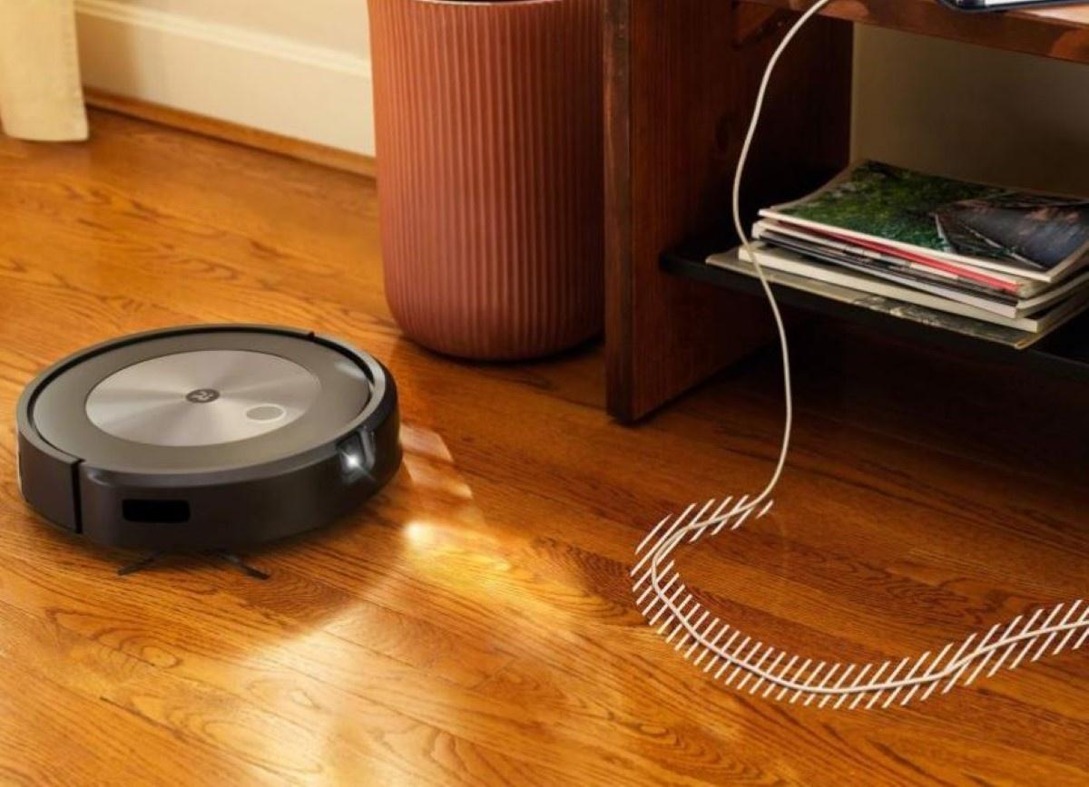 iRobot Roomba J7 wymija przeszkody