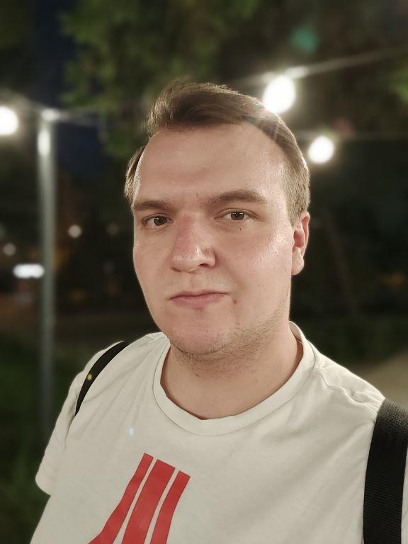 Rozmycie w trybie portretowym selfie nocą