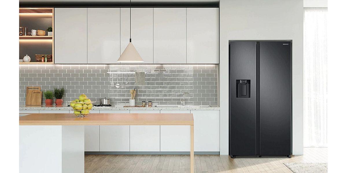 czarna lodówka w kuchni