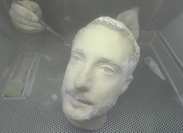 Wydrukowany w 3D model twarzy poddano zabiegom kosmetycznym