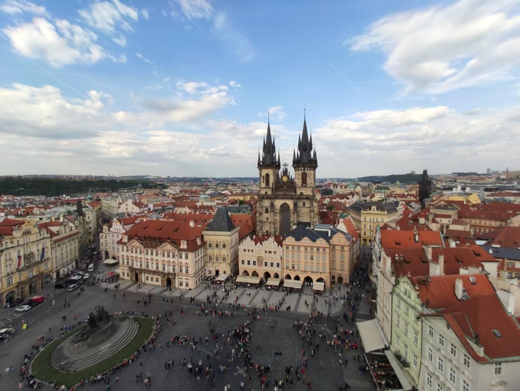 Zdjęcie zrobione przy pomocy obiektywu szerokokątnego Praga Rynek