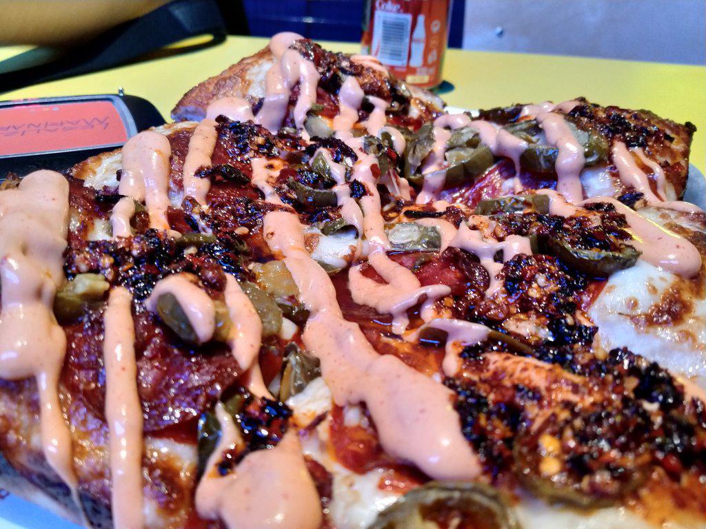 Zdjęcie pizzy w sztucznym oświetleniu