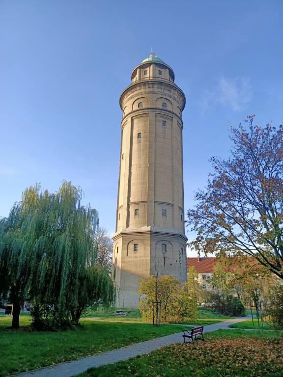 Oppo Reno Z - zdjęcie wieży z olśniewającym kolorem