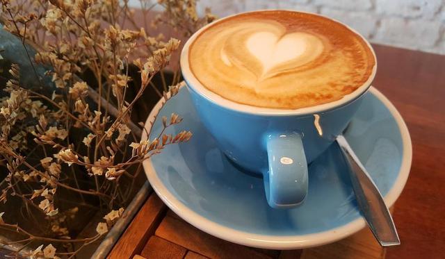 kawa z pianką w niebieskiej filiżance