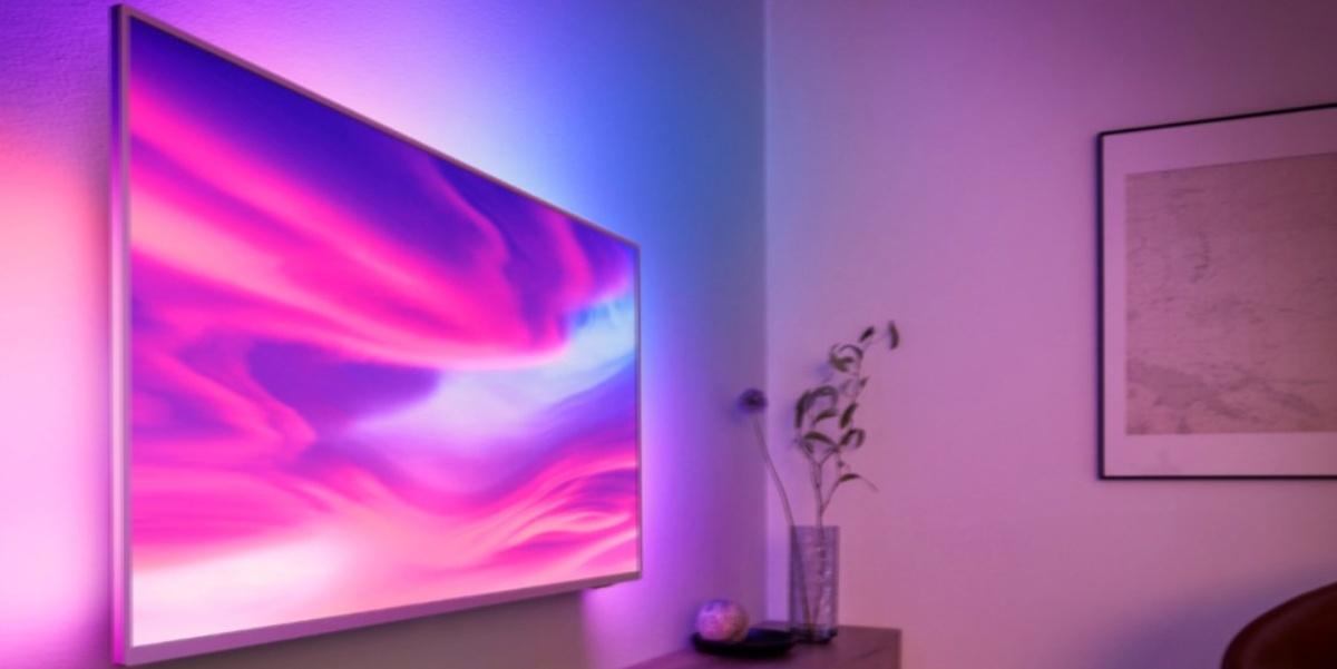 Smart TV od Philipsa świeci nie tylko adekwatnie do scenerii, ale i innych urządzeń