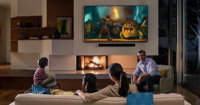 wspólne oglądanie telewizji na dużym tv