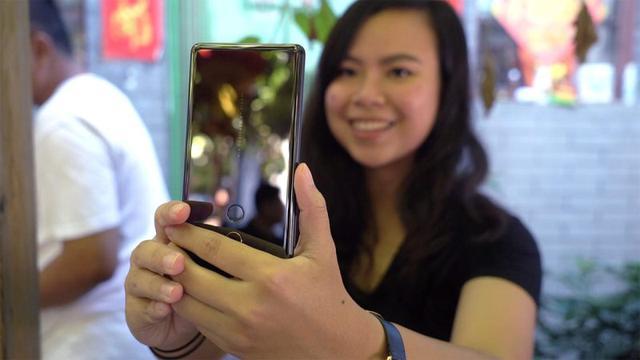 Aparat na dole ekranu kończy się odwróceniem telefonu do góry nogami w celu zrobienia dobrego selfie.