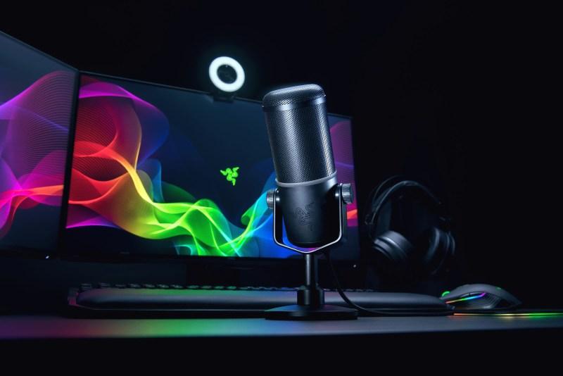 Mikrofon Razer Seiren Elite na stole