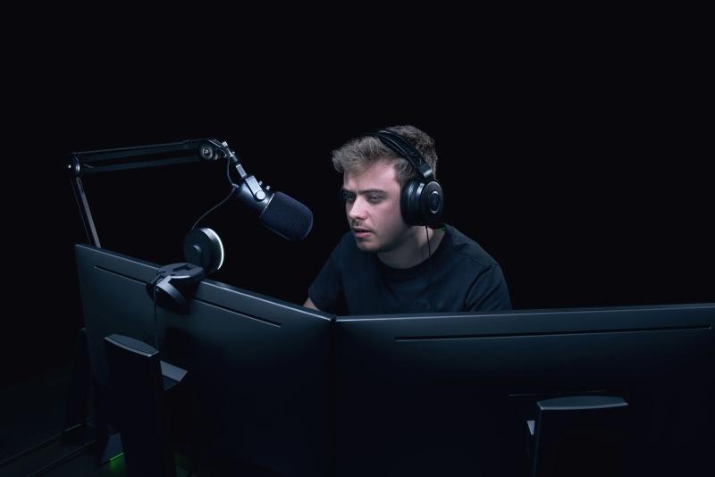 Mikrofon Razer Seiren Elite podczas pracy.