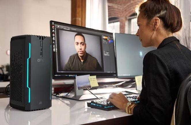 Komputer Corsair ONE ELITE podczas pracy.