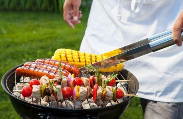 grillowanie na grillu węglowym