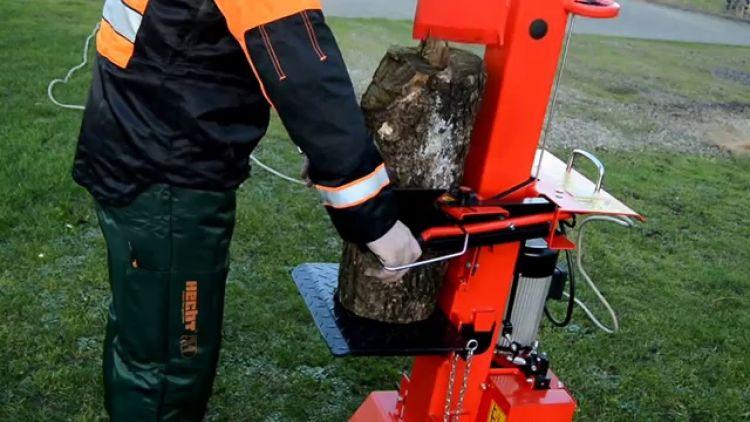 łupanie drewna łuparką hecht