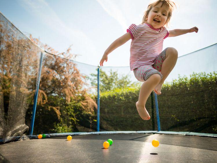 zabawa dziewczynki na trampolinie
