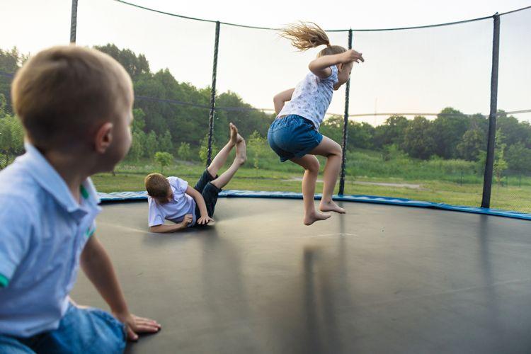 zabawy dzieci na dużej trampolinie