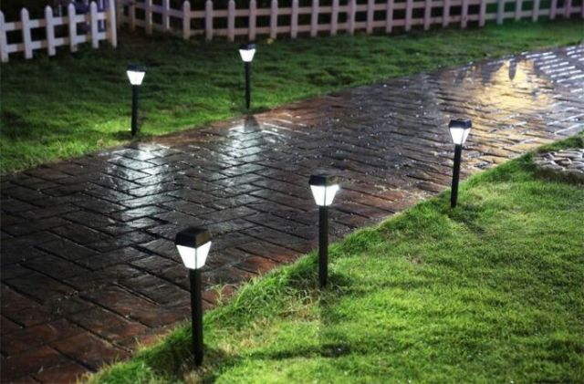 alejka oświetlona lampami solarnymi