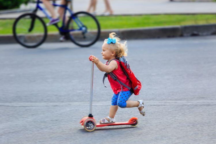 mała dziewczynka na hulajnodze
