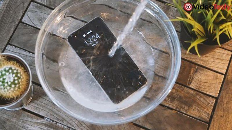 zalewanie smartfona wodą
