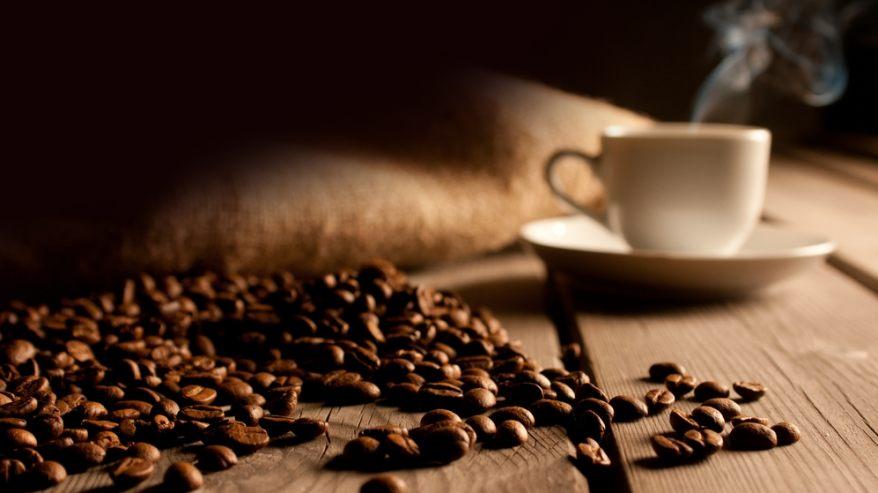 kawa ziarnista i filiżanka