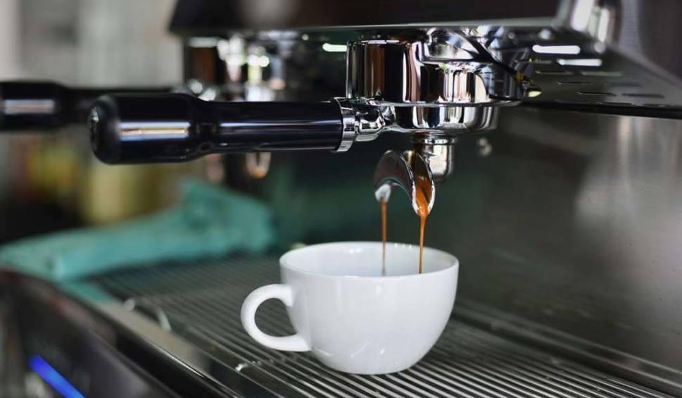 przyrządzanie kawy z ekspresu kolbowego