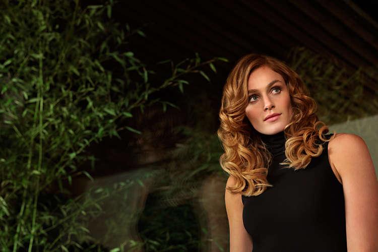kobieta z kręconymi blond włosami