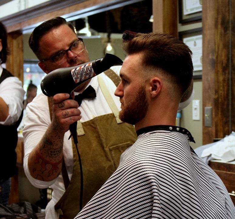 suszenie włosów mężczyźnie