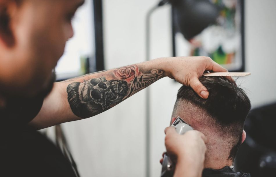 tworzenie modnej fryzury u barbera