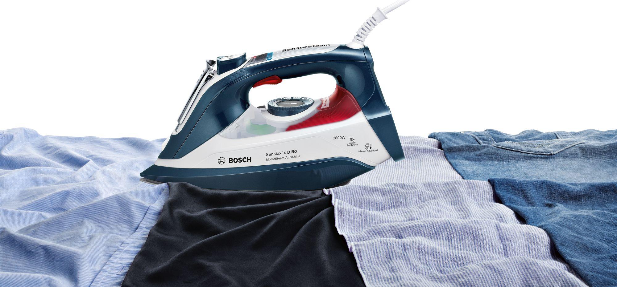 żelazko Bosch położone na ubraniach