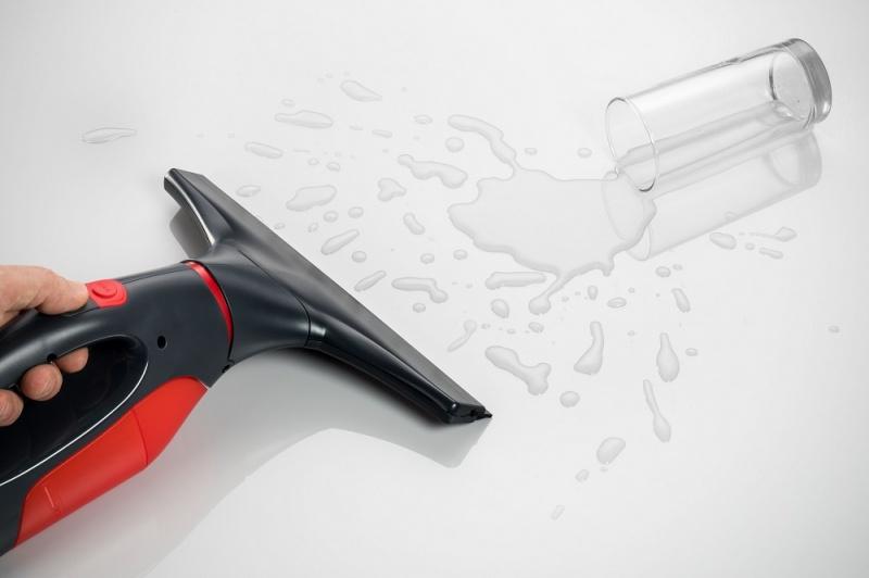 pozbywanie się rozlanej wody za pomocą myjki Vileda Windomatic Power 153230