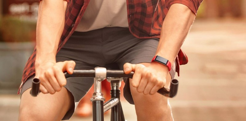 Smartband Huawei A2 na ręce rowerzysty