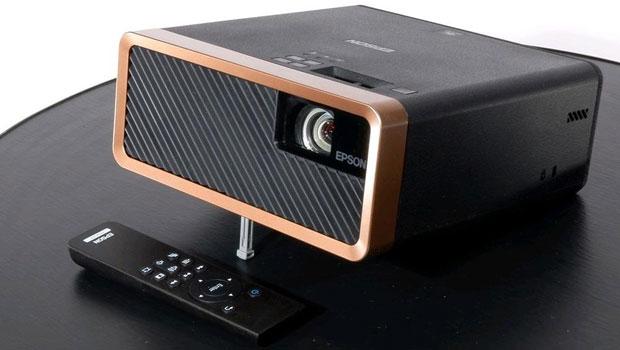 czarny projektor firmy Epson