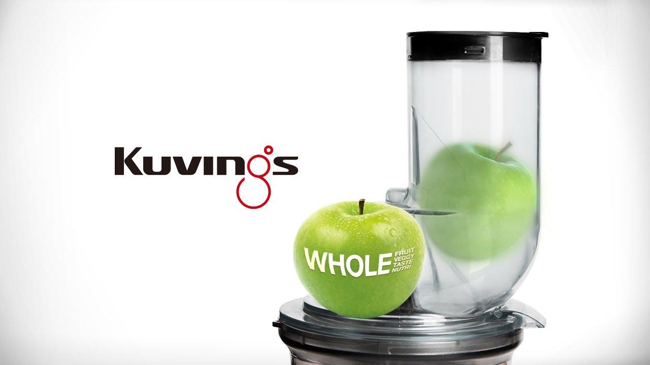 zielone jablko w otworze wyciskarki Kuvings