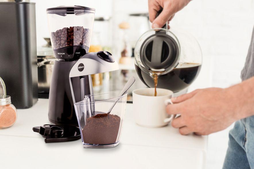 młynek do kawy i nalewanie kawy do filiżanki