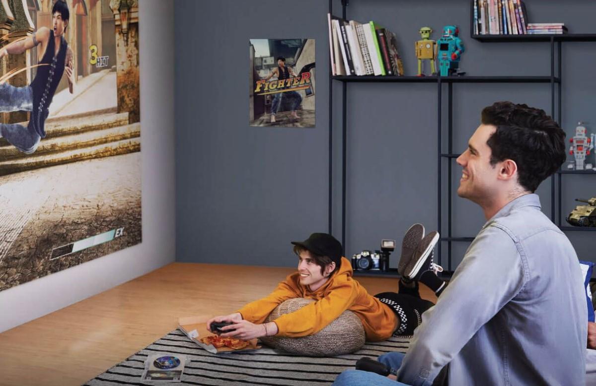 Gracz korzystający z projektora