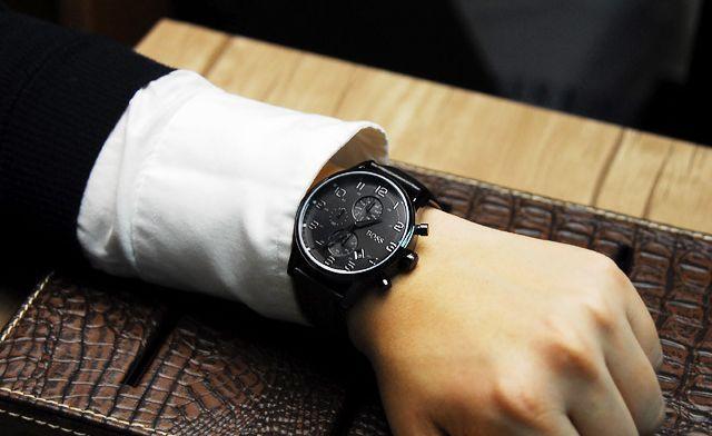 zegarek męski na dłoni