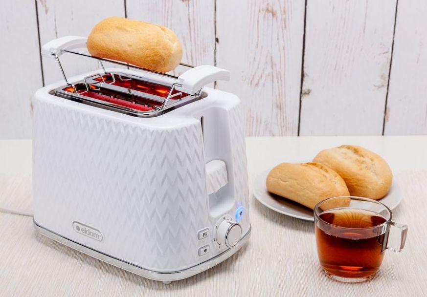 biały toster Eldom i podstawka z bułką