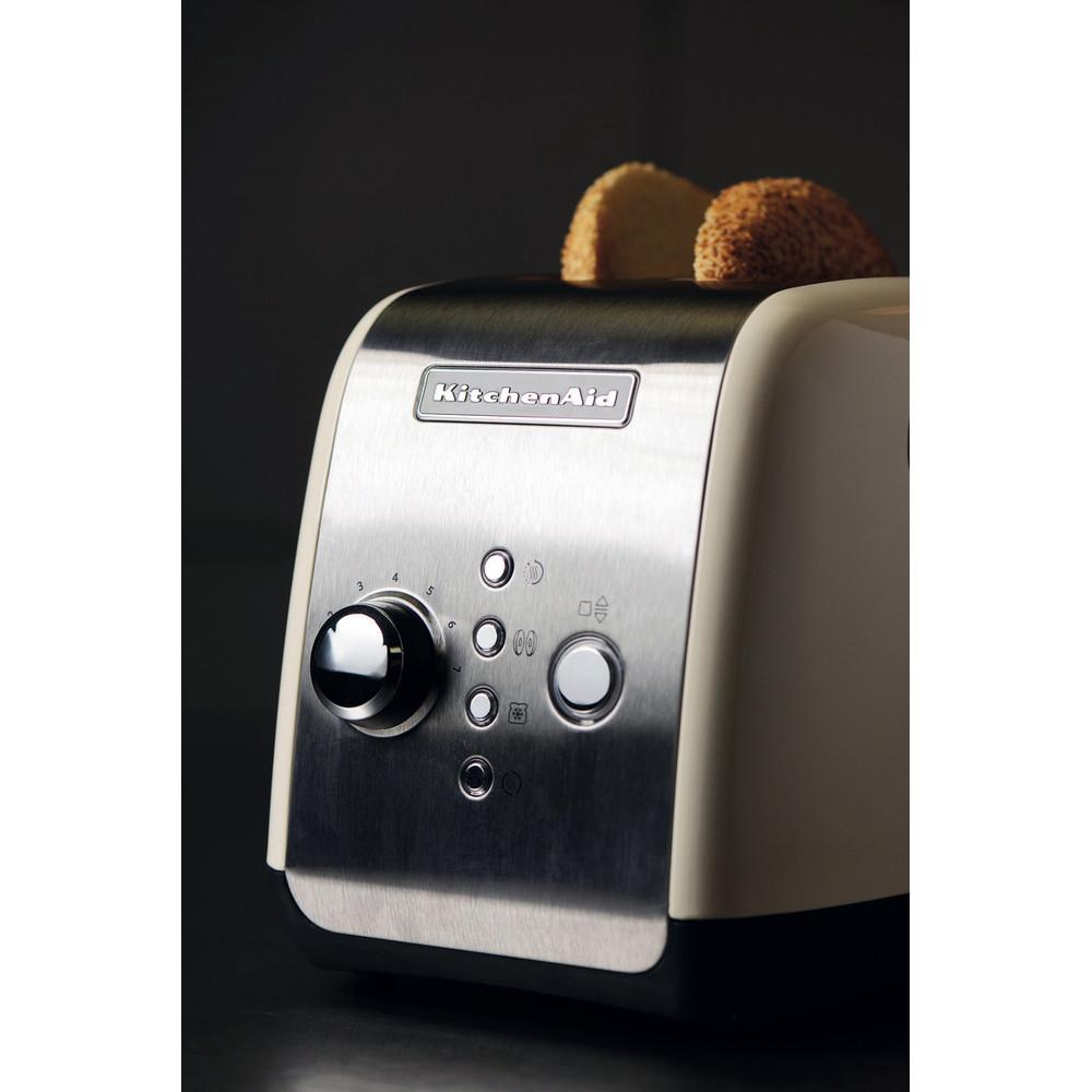 dwa tosty umieszczone w tosterze marki Kitchen Aid